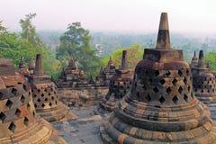 Stupas no templo de Borobudur, Java central, Indonésia Fotografia de Stock