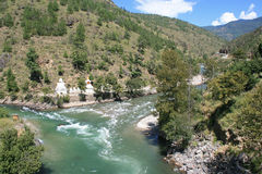 Stupas ont été construits le long d'une rivière dans la campagne près de Paro (Bhutan) Photos stock