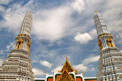 Stupas på porten av den storslagna slotten Arkivbild