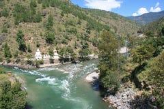 Stupas werd gebouwd langs een rivier in het platteland dichtbij Paro (Bhutan) Stock Foto's