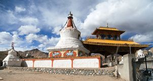 Stupas和友谊门在Leh 免版税库存图片