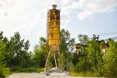 Stupat rostigt branschbegreppsfoto i den övergav cementfabriken med åldriga grungebetong- och metallstrucures royaltyfri fotografi