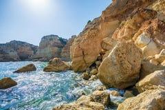 Stupat vaggar på den pittoreska kusten av Algarven royaltyfri bild
