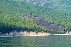 Stupat vaggar på kusten av Lake Baikal royaltyfri bild
