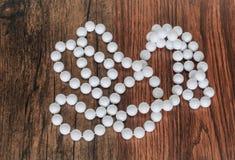 stupendo, bella collana bianca sembrante della perla isolata su vecchio fondo di legno classico d'annata Immagine Stock Libera da Diritti