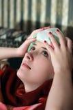 Stupes de sofrimento da menina uma toalha a sua cabeça imagens de stock royalty free