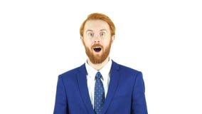 Stupito dall'uomo d'affari rosso della barba dei capelli di sorpresa, fondo bianco Fotografia Stock Libera da Diritti