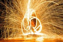 Stupore di manifestazione del fuoco Prestazione di fuoco nella notte Fotografia Stock Libera da Diritti