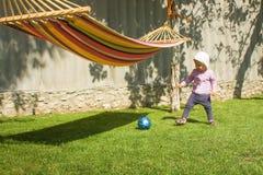 Stupore giocando la ragazza del bambino Immagini Stock Libere da Diritti