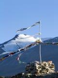 Stupy i buddysty modlitwa zaznacza na wiatrze przeciw górom Obraz Stock