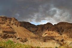 Sturm über Berg Masada in Judean-Wüste, Israel dunkelblauer Himmel über dem Berg nahe bei Totem Meer lizenzfreies stockfoto