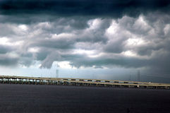Sturm über Brücke Stockbild