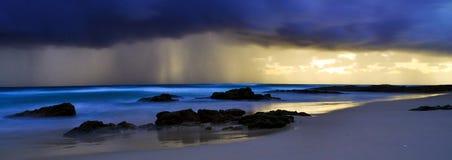 Sturm über Deadmans Strand Stockfoto