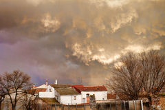 Sturm über dem Dorf Stockfotografie