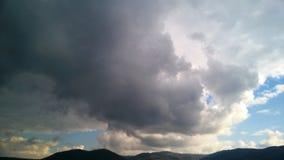 Sturm über den Bergen in der Sommersaison mit grüner Wiese lizenzfreie stockbilder