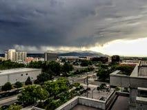 Sturm über den Oquirrh-Bergen und Salt Lake in Utah von im Stadtzentrum gelegenem Salt Lake City bei Sonnenuntergang Stockfoto