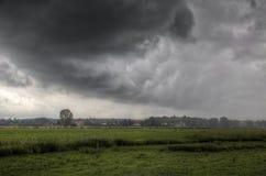 Sturm über einem Dorf Stockfotografie