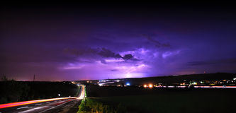 Sturm über einer Straße Stockfotografie