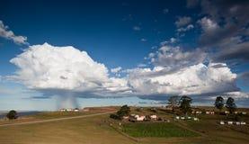 Sturm über landwirtschaftlichem Dorf Lizenzfreie Stockbilder