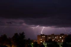 Sturm über Nachtstadt Stockfoto