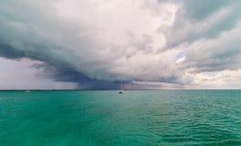 Sturm über Segelboot Stockbild