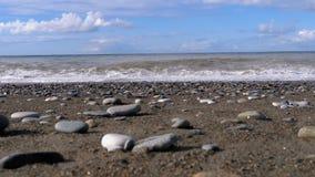 Sturm auf dem Meer Ansicht von unten des steinigen Ufers Enorme Wellen stoßen auf dem Strand zusammen stock footage