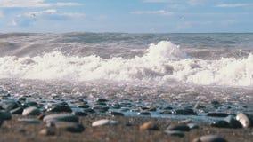 Sturm auf dem Meer Ansicht von unten des steinigen Ufers Enorme Wellen stoßen auf dem Strand zusammen stock video footage