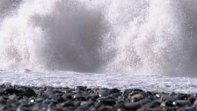Sturm auf dem Meer Ansicht von unten des steinigen Ufers Enorme Wellen stoßen auf dem Strand zusammen stock video