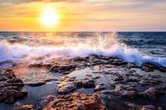 Sturm auf dem Meer bei Sonnenuntergang Stockbilder