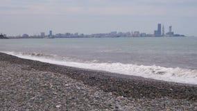 Sturm auf dem Meer Die Wellen rollen auf einem Kiesel-Stein-Strand stock footage