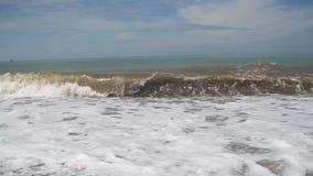 Sturm auf dem Meer Die Wellen rollen auf einem Kiesel-Stein-Strand stock video footage