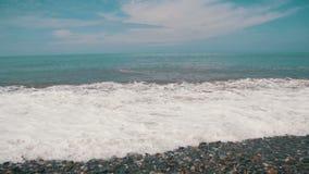 Sturm auf dem Meer Die Wellen rollen auf einem Kiesel-Stein-Strand stock video