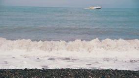Sturm auf dem Meer Die Wellen rollen auf einem Kiesel-Stein-Strand Langsame Bewegung stock video
