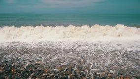 Sturm auf dem Meer Die Wellen rollen auf einem Kiesel-Stein-Strand Langsame Bewegung stock video footage