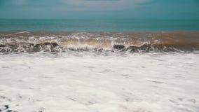 Sturm auf dem Meer Die Wellen rollen auf einem Kiesel-Stein-Strand Langsame Bewegung stock footage