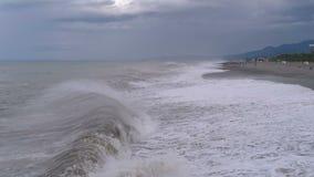 Sturm auf dem Meer Enorme Wellen sind, sprühend zusammenstoßend und auf das Ufer stock video footage