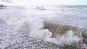 Sturm auf dem Meer Enorme Wellen sind, sprühend zusammenstoßend und auf das Ufer stock footage