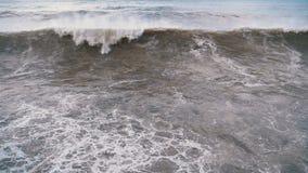 Sturm auf dem Meer Enorme Wellen sind, sprühend zusammenstoßend und auf das Ufer Langsame Bewegung stock footage