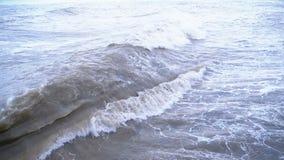 Sturm auf dem Meer Enorme Wellen sind, sprühend zusammenstoßend und auf das Ufer Langsame Bewegung stock video footage