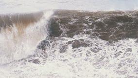 Sturm auf dem Meer Enorme Wellen sind, sprühend zusammenstoßend und auf das Ufer Langsame Bewegung stock video