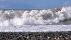Sturm auf dem Meer Enorme Wellen sind, sprühend zusammenstoßend und auf den Strand Langsame Bewegung stock footage