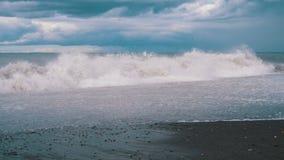 Sturm auf dem Meer Enorme Wellen sind, sprühend zusammenstoßend und auf den Strand Langsame Bewegung stock video footage