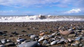 Sturm auf dem Meer Enorme Wellen sind, sprühend zusammenstoßend und auf den Strand Langsame Bewegung stock video