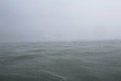 Sturm auf dem Meer mit Regenregenguß Lizenzfreie Stockfotografie