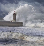 Sturm bewegt über den Leuchtturm wellenartig Lizenzfreies Stockbild
