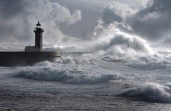 Sturm bewegt über den Leuchtturm wellenartig Stockfotografie