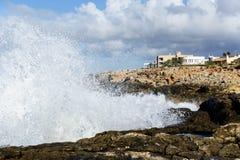 Sturm bewegt an der balearischen Küste wellenartig lizenzfreie stockbilder