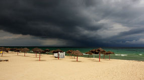 Sturm, der über einen tropischen Strand sich nähert lizenzfreies stockbild