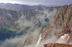 Sturm, der durch die Berge überschreitet Lizenzfreie Stockbilder