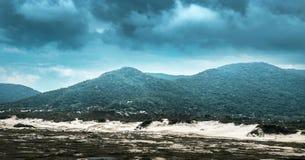 Sturm, der um die Berge sich bildet stockfoto